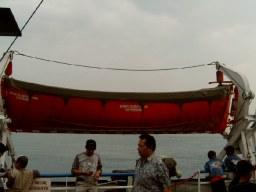 Sekoci di dek atas Feri