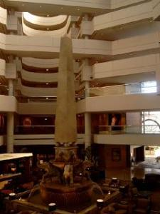 Lobby hotel diberi semacam tugu katanya mengambil dari jaman Mesir kuno.