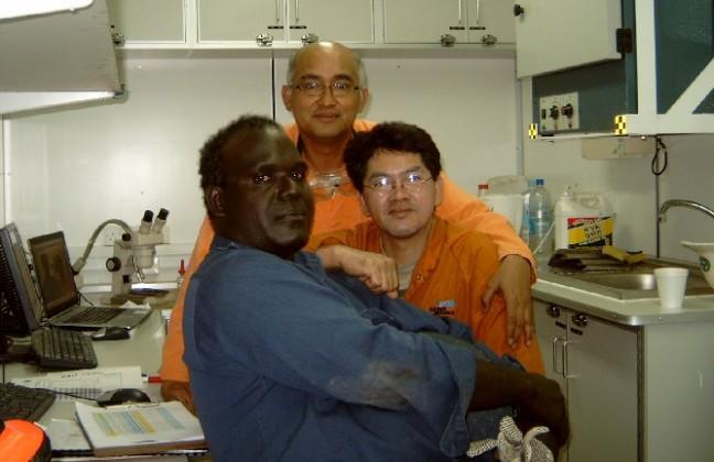 Crew mudlogging dalam seragam orange dan mudengineer kebetulan bekas mudlogger