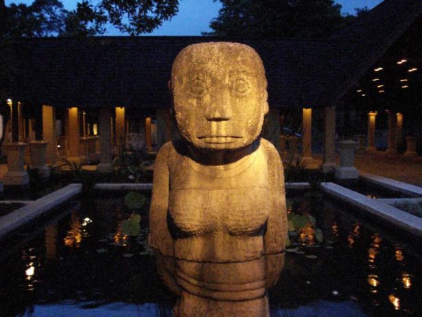 Patung-patung menyambut para tamu Hotel