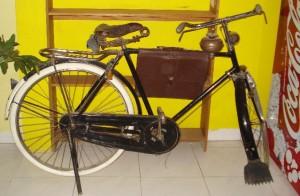 """Sepeda Onthel dan Iklan Minuman Ringan, seperti mempertontonkan """"tempoh doele"""" dengan generasi sekarang (2008)"""