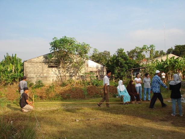 Disaksikan para aparat desa tanah diukur dan dipatok kembali, sekaligus peringatan agar jangan ada warga yang pura-pura lupa batas rumah dan melebar kemana-mana