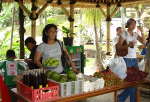 Bermacam buah hasil kebun kawasan Pasirmukti dijual dengan harga berimbang dan kualitas terjaga