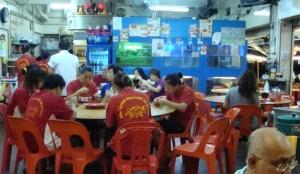 Boss, Pelayan, Juru Masak, duduk sama-sama, makan bersama-sama dengan pelanggan