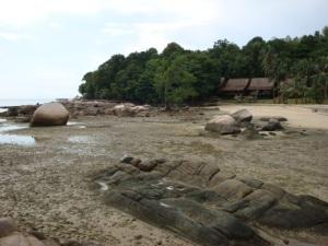 Batu menonjol indah saat air surut. Melatar belakangi rumah atap rumbia tempat pondokan kami