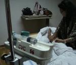 Sambil memonitoring perkakas infus, kaki pasien diperiksa ternyata bengkak mengempis