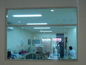 Isi perut laboratorium kini tembus pandang bisa dilihat oleh pengunjung rumah sakit yang lalu lalng, bahkan menjadi pemandangan buat pengunjung warung di rumah sakit