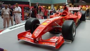 F1 dari Fiat yang dipakai oleh Mubadala dari Abu Dhabi. Bannya licin mengkilat.