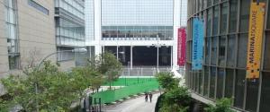 Pagar ditutupi terpal hijau mencegah penonton gratis
