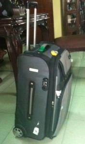 Tas yang dirobek bungkusnya (plastik Wrap) dan di congkel kuncinya dalam perjalanan Yogya-Jakarta